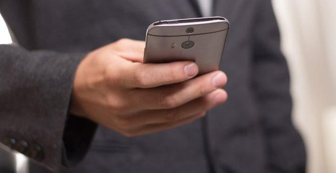 Memeriksa email melalui smartphone