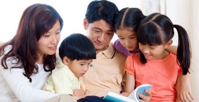 Orang tua mengajari anak membaca