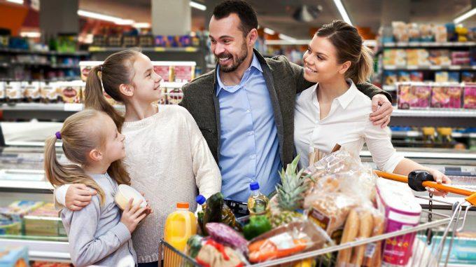 Belanja bersama keluarga di supermarket